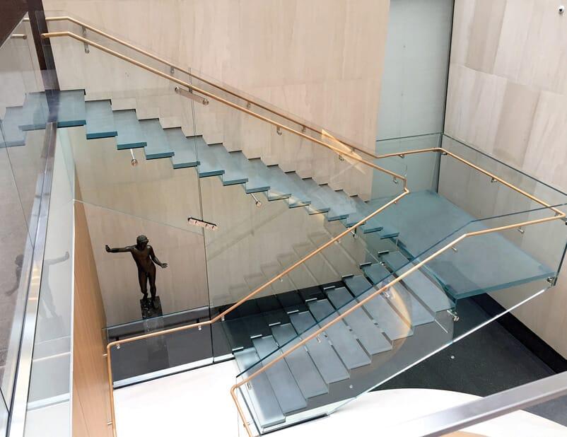 Une coche au-dessus… Un escalier en verre époustouflant